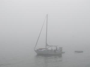 Bild mit Fischerboot im Nebel