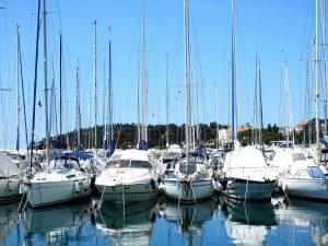 Ein Bild von Yachten im Hafen