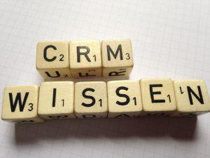 Illustration-scrabble-buchstaben-zeigen-crm-fuer-customer-relationship-management